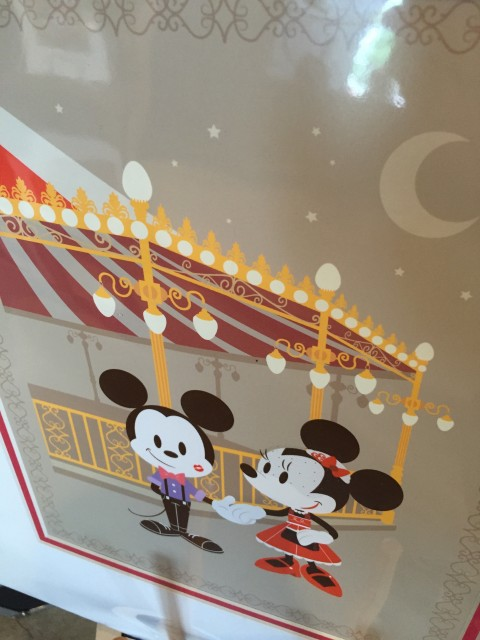 Mickey and Minnie Muse holding hands